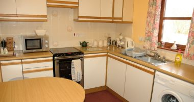 Tarlogie has a well equipped kitchen with a dining table.